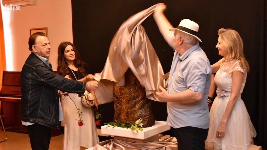 U Sarajevu otkrivena skulptura posvecena muzickoj legendi Davorinu Popovicu